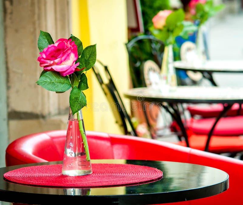 Flor en la tabla del restaurante imagenes de archivo