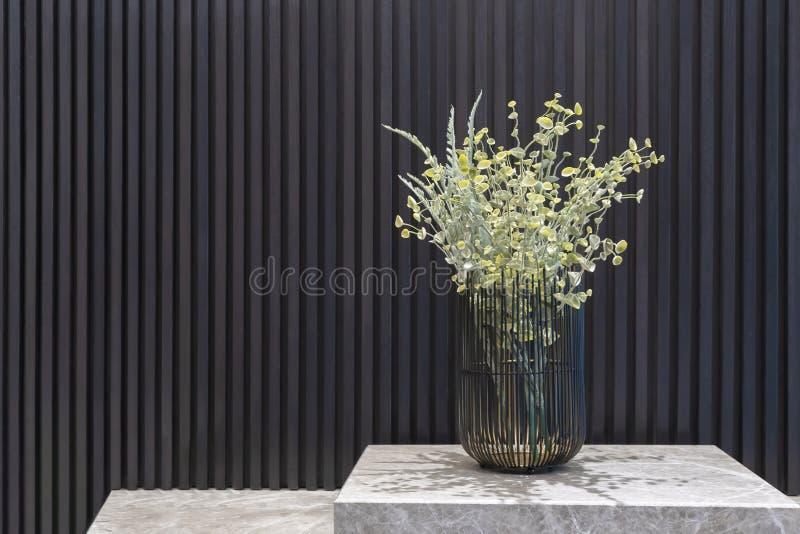 Flor en los estantes de mármol para la decoración imagen de archivo libre de regalías