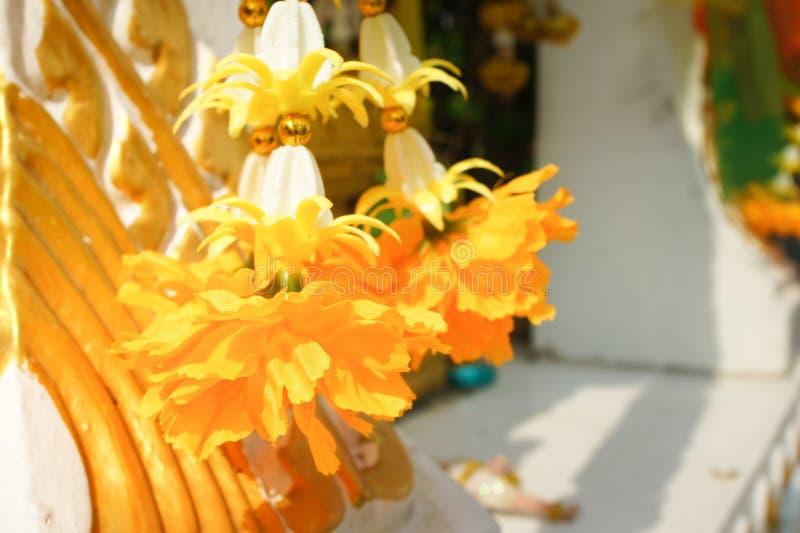 Flor falsa y fondo floral flores color de rosa hechas de tela La tela florece el ramo fotos de archivo libres de regalías