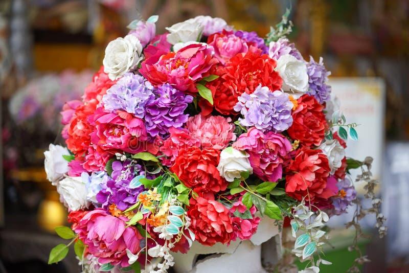 Flor falsa y fondo floral flores color de rosa hechas de tela La tela florece el ramo imagen de archivo