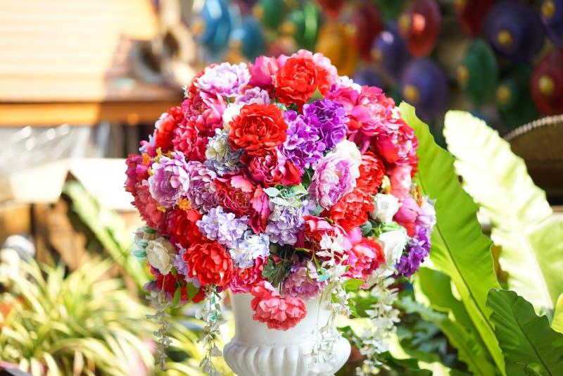 Flor falsa y fondo floral flores color de rosa hechas de tela La tela florece el ramo fotos de archivo
