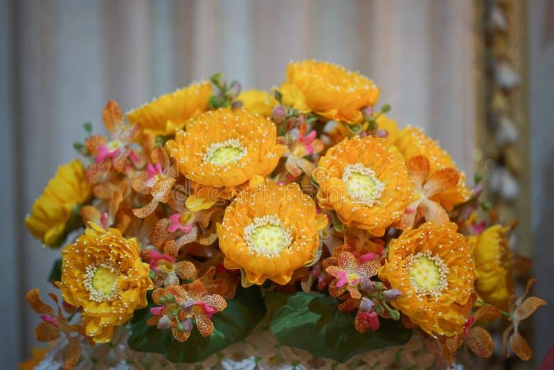 Flor falsa y fondo floral flores color de rosa hechas de tela La tela florece el ramo foto de archivo libre de regalías