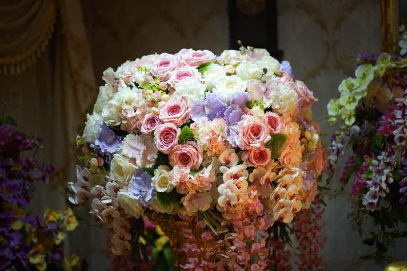 Flor falsa y fondo floral flores color de rosa hechas de tela La tela florece el ramo foto de archivo