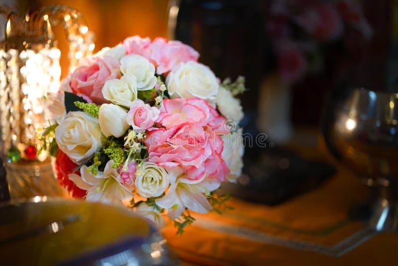 Flor falsa y fondo floral flores color de rosa hechas de tela La tela florece el ramo fotografía de archivo