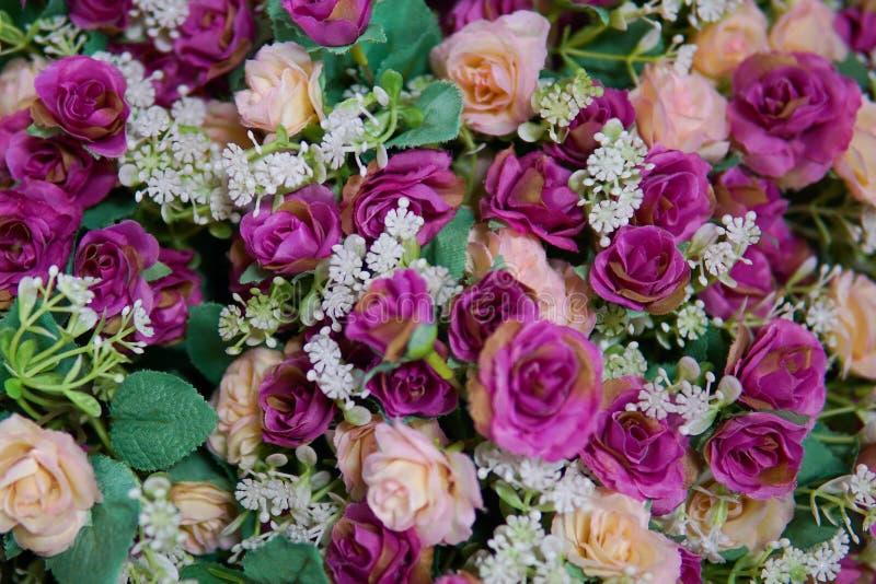Flor falsa y fondo floral foto de archivo
