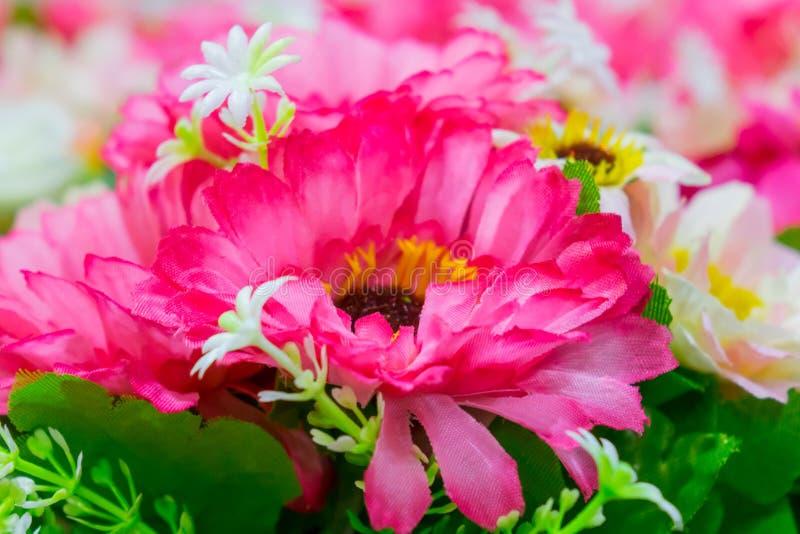 Flor falsificada do Gerbera e fundo floral fotografia de stock royalty free