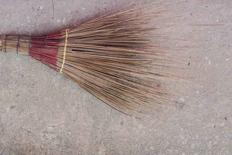 Flor feita da folha do coco para a varredura com fundo concreto foto de stock
