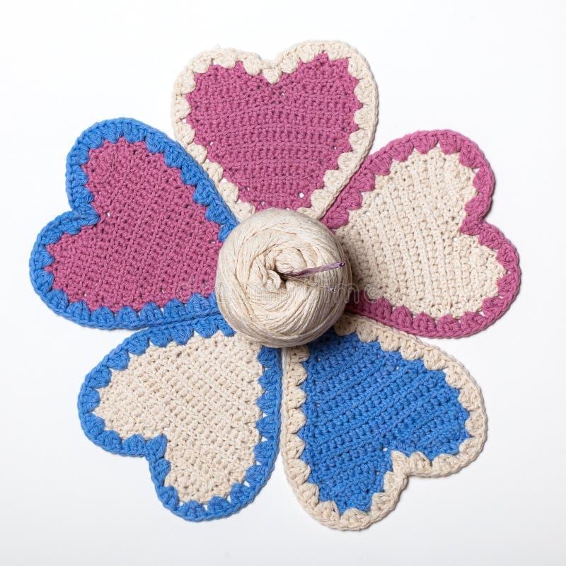 Flor feita malha Crochet dos corações fotos de stock royalty free