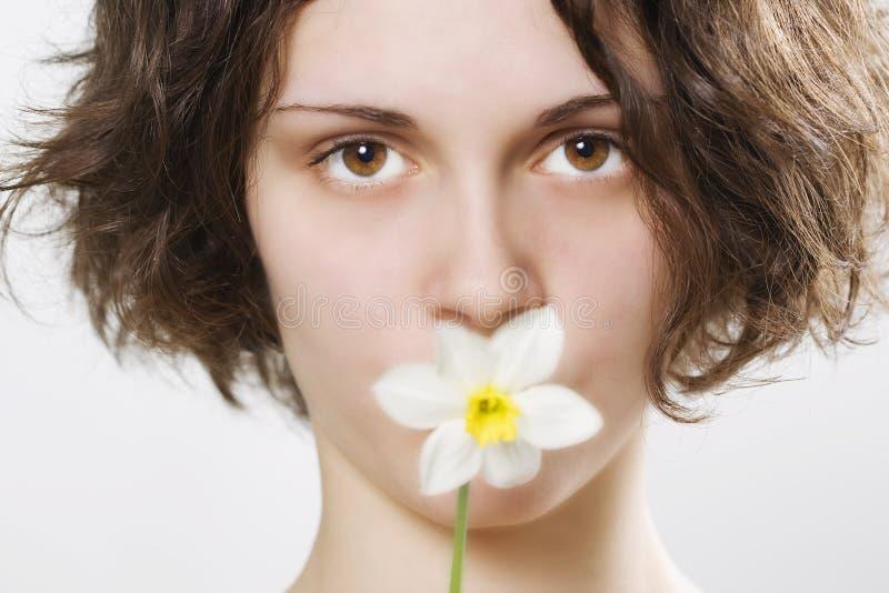 Flor hermosa de la explotación agrícola de la muchacha fotografía de archivo libre de regalías