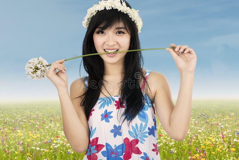 Flor penetrante de la mujer hermosa linda fotografía de archivo libre de regalías