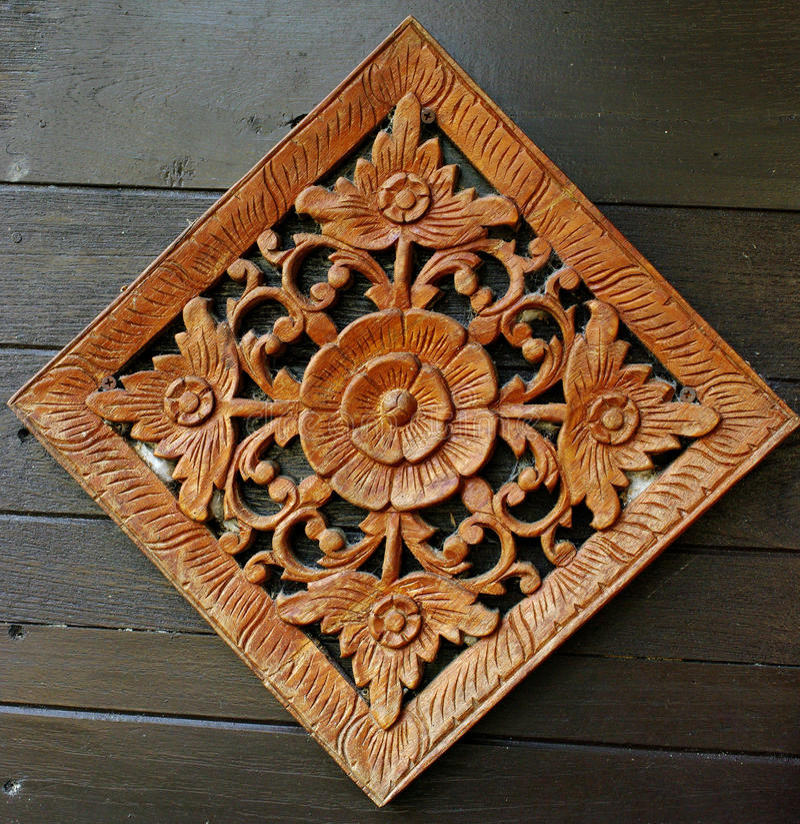 Flor que cinzela a arte na parede de madeira foto de stock royalty free