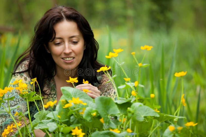 Flor que huele de la mujer foto de archivo libre de regalías