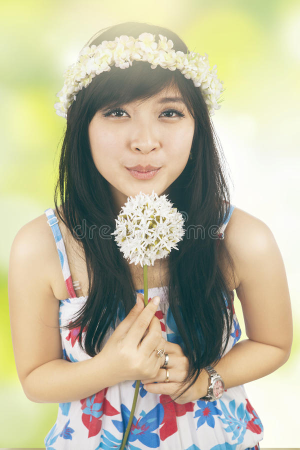 Flor que sopla de la muchacha con el fondo del bokeh fotografía de archivo libre de regalías