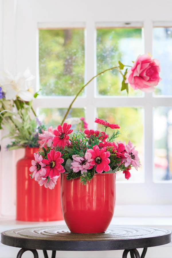 Flor roja del florero fotografía de archivo