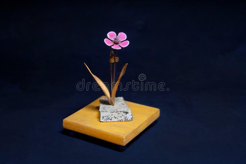 Flor rosada del metal en soporte fotografía de archivo