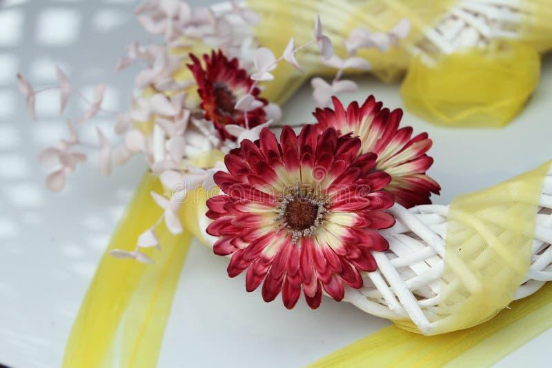Flor roxa com fita amarela foto de stock royalty free