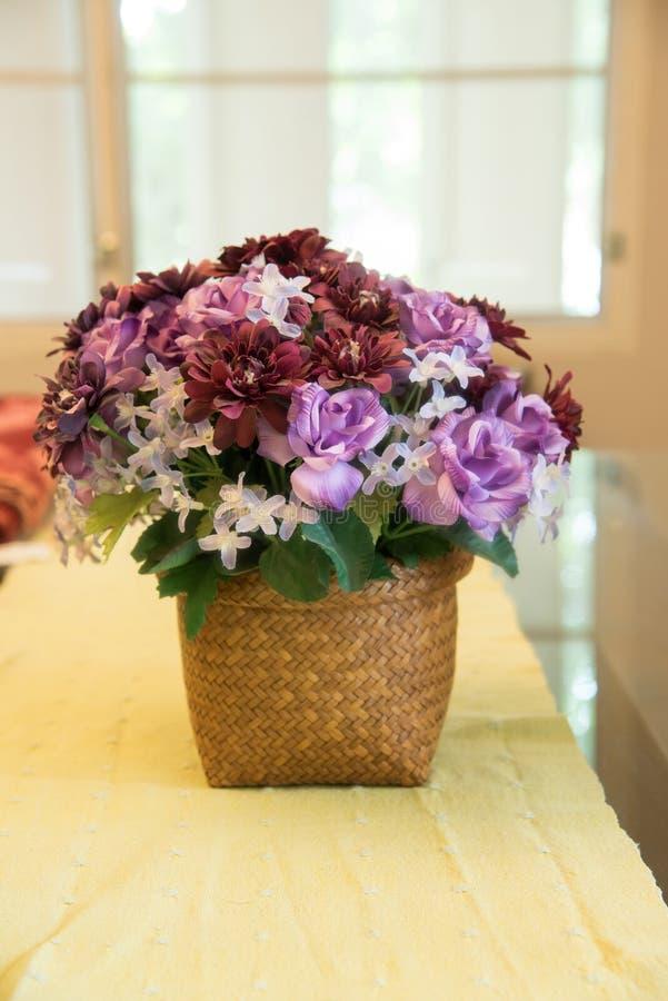 A flor roxa falsificada no vaso imagens de stock