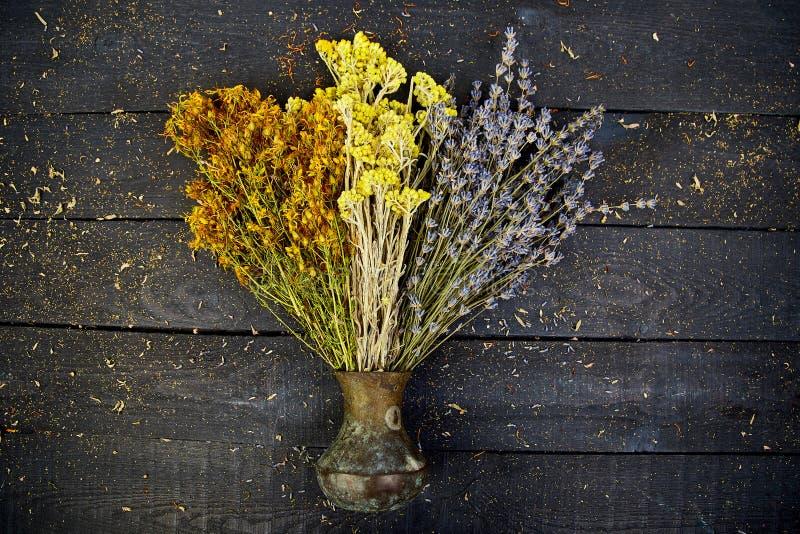 Flor seca de las hierbas en florero Aromatherapy medicinal imagen de archivo
