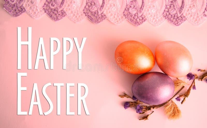 Flor seca do ovo roxo, dourado e cor-de-rosa no fundo cor-de-rosa fotos de stock royalty free