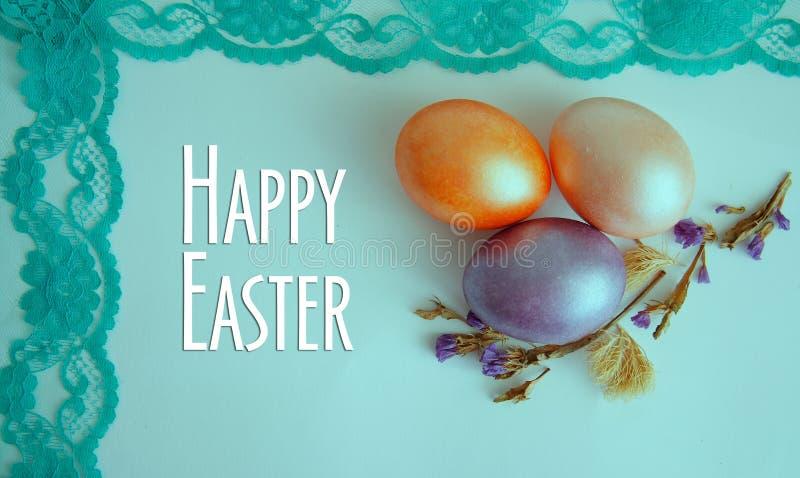 Flor seca do ovo roxo, dourado e cor-de-rosa no fundo verde fotos de stock royalty free