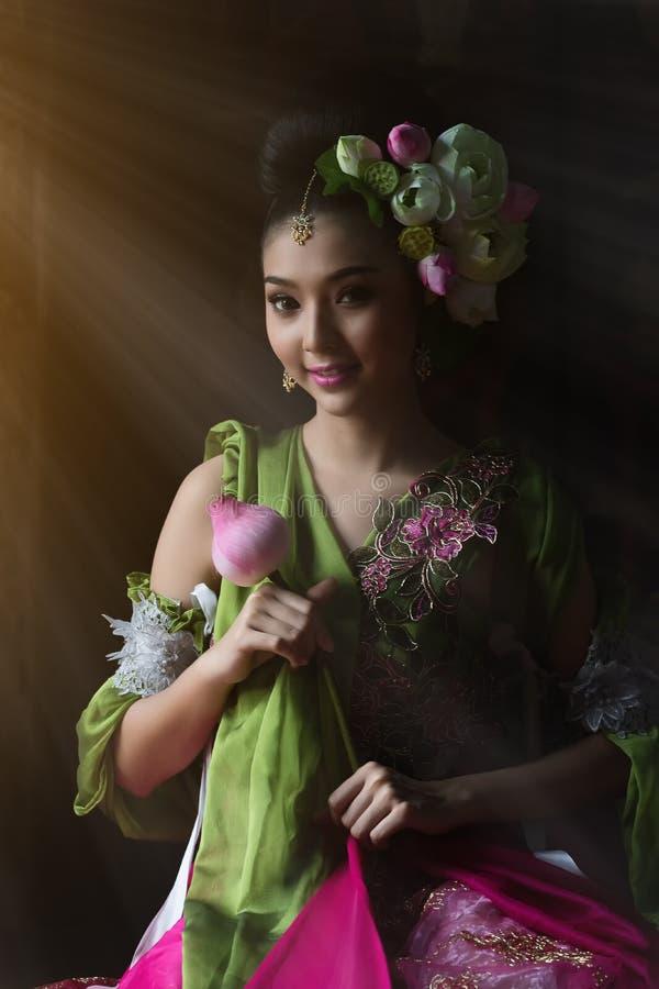 Flor tailandesa hermosa de la mujer y de loto imágenes de archivo libres de regalías