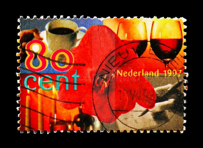 Flor, taza de café, copa de vino, velas y mano de la escritura, serie de los sellos de los saludos, circa 1997 imágenes de archivo libres de regalías