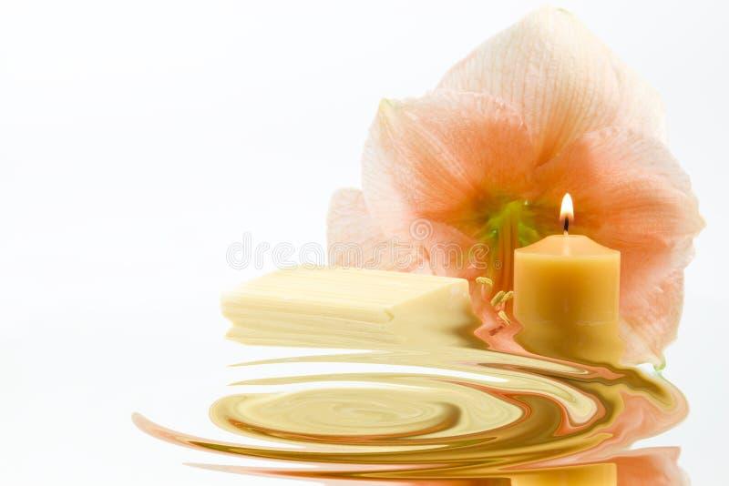 Flor, vela y jabón fotos de archivo