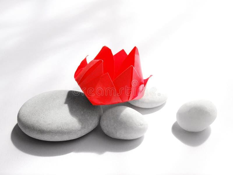 Flor vermelha de Origami na luz solar fotografia de stock royalty free