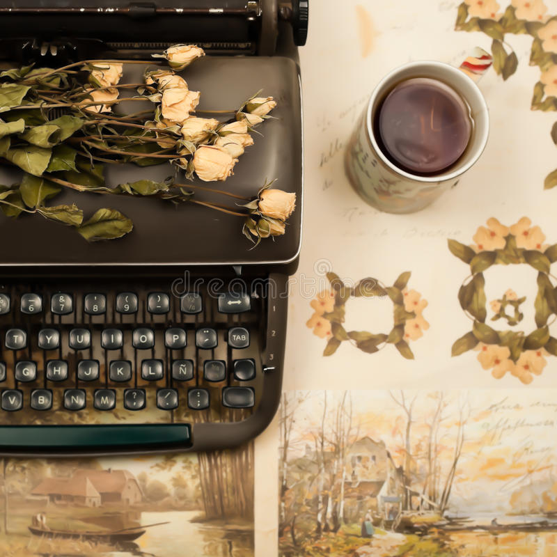 Flor y máquina de escribir vieja imagenes de archivo