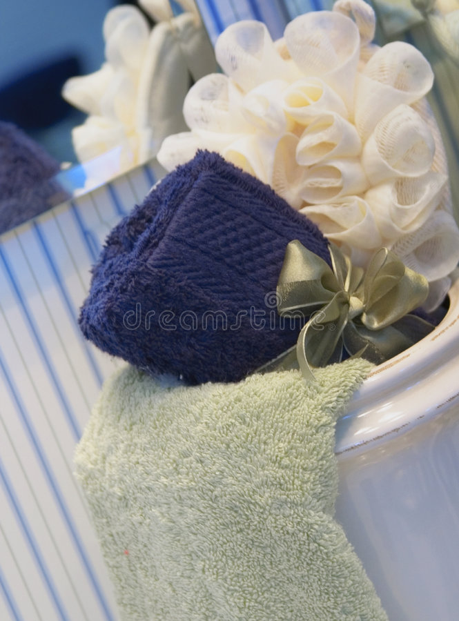 Flor y toallas del baño imágenes de archivo libres de regalías