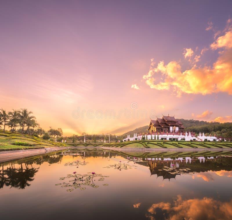 Flora Ratchaphruek Park real en la puesta del sol Chiang Mai imagenes de archivo