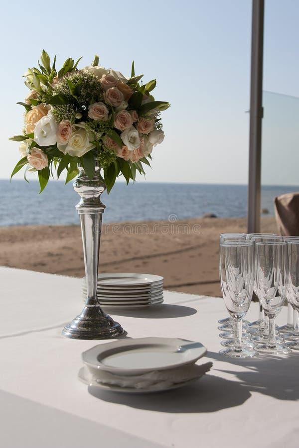 Floral στάση στυλοβατών ρυθμίσεων στους πίνακες στο εστιατόριο στοκ φωτογραφία με δικαίωμα ελεύθερης χρήσης