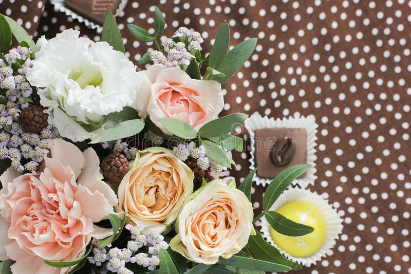 Floral ανθοδέσμη και καραμέλα στο υπόβαθρο στοκ εικόνες με δικαίωμα ελεύθερης χρήσης