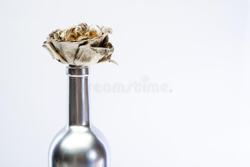 Floral κατάστημα o Αιώνια ομορφιά Ανθοδέσμη μόδας Έννοια οινοποιιών Floral κρασί Λουλούδι μετάλλων στο κρασί χάλυβα στοκ εικόνα