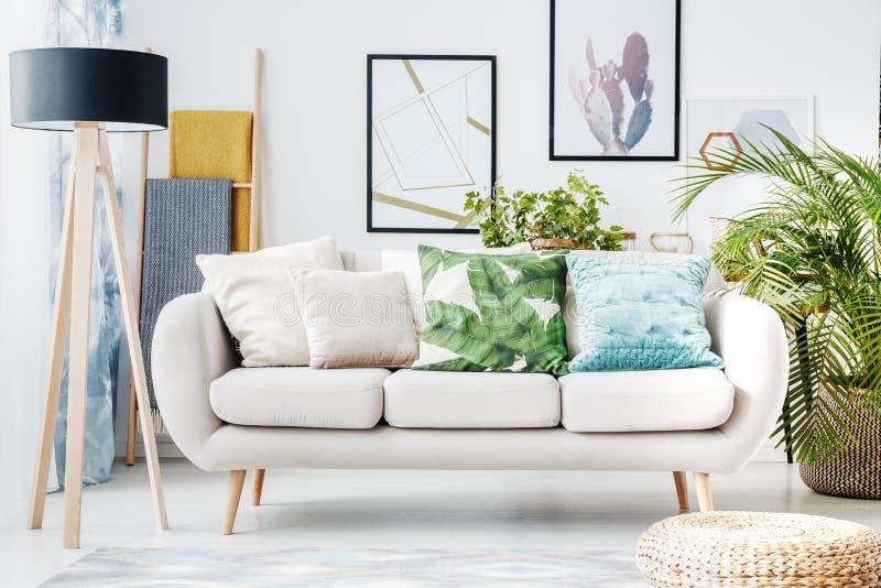 Floral μαξιλάρι στον μπεζ καναπέ στοκ εικόνες
