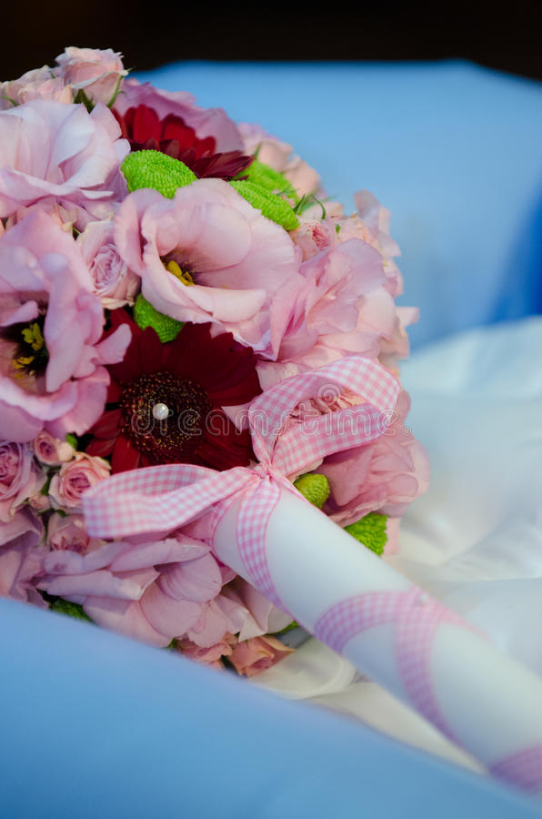 Floral ρύθμιση για το κερί βαπτίσματος στοκ φωτογραφία
