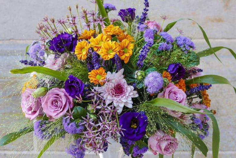 Floral ρύθμιση με τα τριαντάφυλλα, τα χρυσάνθεμα και το eustoma στοκ εικόνες