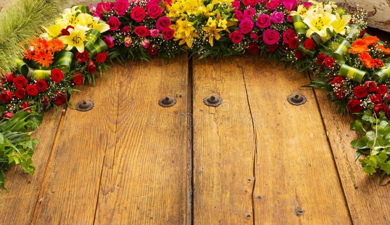 Floral ρύθμιση στο ξύλο στοκ φωτογραφία με δικαίωμα ελεύθερης χρήσης