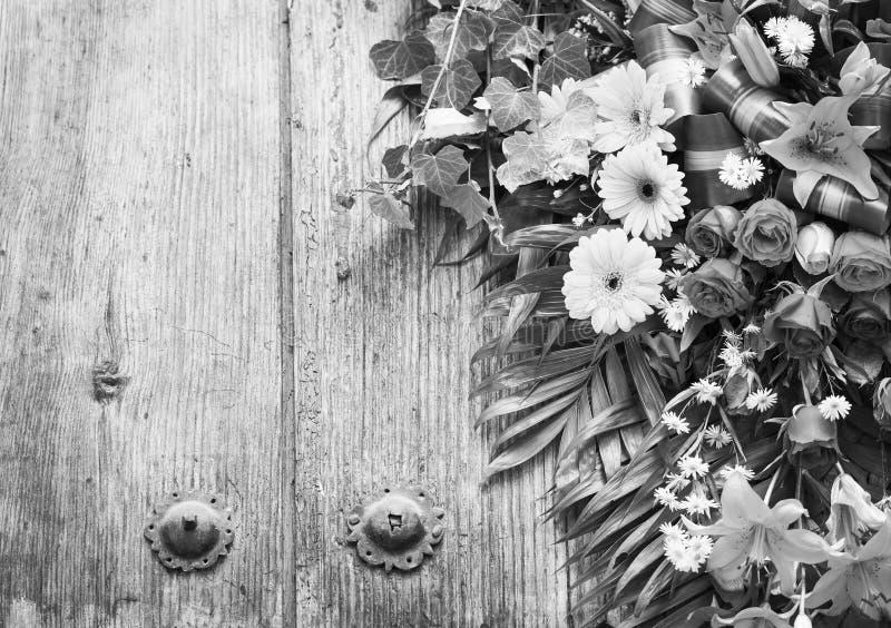 Floral στεφάνι με το διάστημα αντιγράφων γραπτό στοκ φωτογραφία