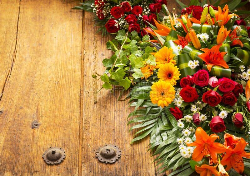 Floral στεφάνι με το διάστημα αντιγράφων στοκ φωτογραφία
