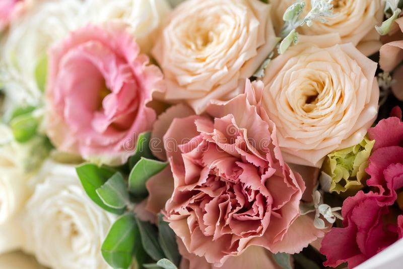 Floral σύνθεση κινηματογραφήσεων σε πρώτο πλάνο με τα τριαντάφυλλα και τα λουλούδια μιγμάτων σε ένα ελαφρύ υπόβαθρο στοκ φωτογραφία με δικαίωμα ελεύθερης χρήσης