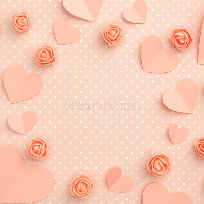 Floral σύνθεση πλαισίων ημέρας μητέρων Το υπόβαθρο ημέρας αγάπης με το κοράλλι ή τα ρόδινα λουλούδια αυξήθηκε επίπεδο καρδιών μορ στοκ εικόνες
