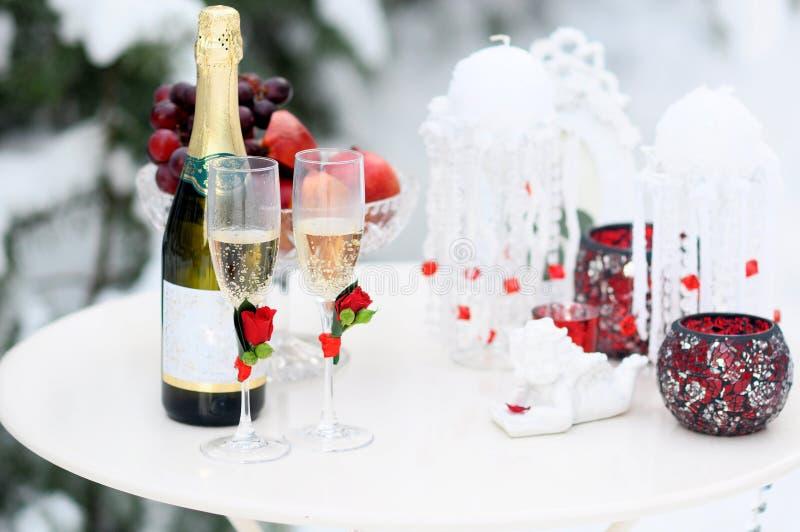 Floral σύνθεση των τριαντάφυλλων, στον πίνακα χιονιού έννοια γαμήλιων ντεκόρ χειμερινού στη δασική χειμώνα στοκ εικόνες