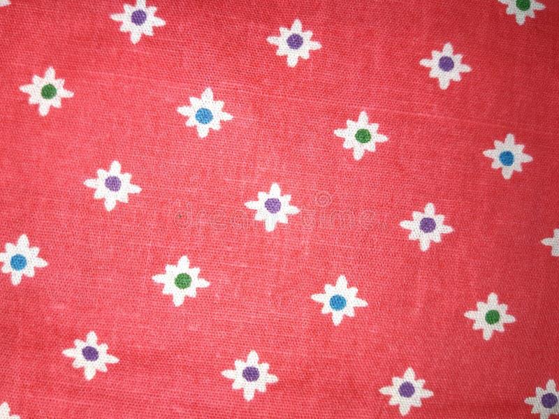 Floral σύσταση στο κόκκινο χρωματισμένο ύφασμα στοκ φωτογραφία με δικαίωμα ελεύθερης χρήσης