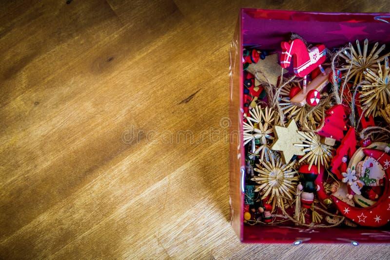 Καφετιά κόκκινα Floral ντεκόρ στο κόκκινο κιβώτιο Ελεύθερο Δημόσιο Τομέα Cc0 Εικόνα