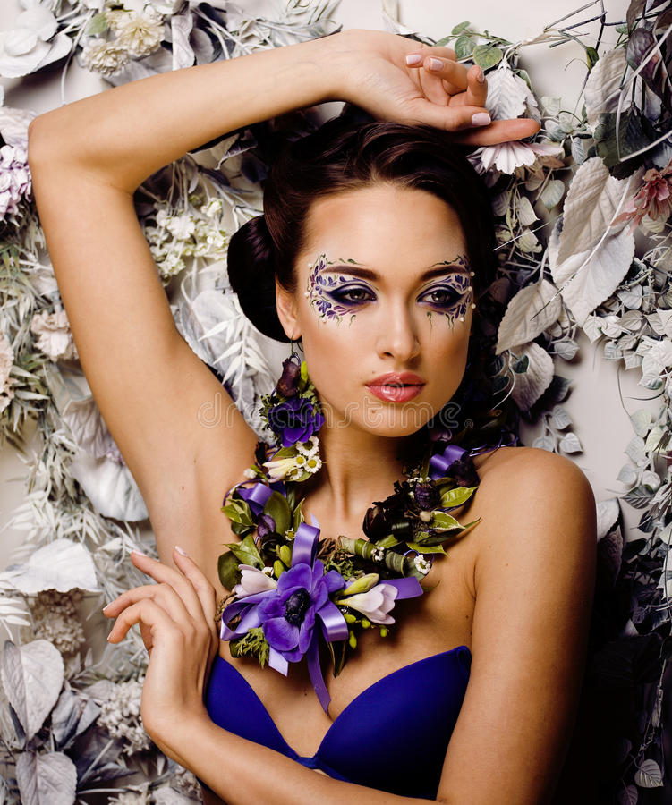 Free Floral Face Art With Anemone In Jewelry, Sensual Young Brunette Woman Stock Image - 37677941