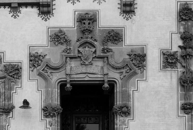Florala prydnadsföremål runt huvudingången royaltyfri fotografi