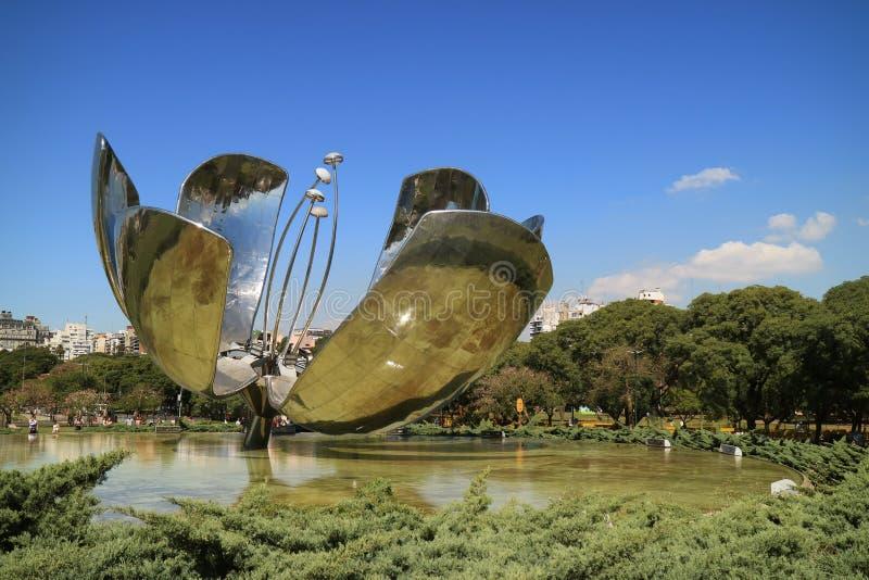 Floralis Generica, una escultura de la flor en la plaza de las Naciones Unidas, Buenos Aires, la Argentina fotos de archivo