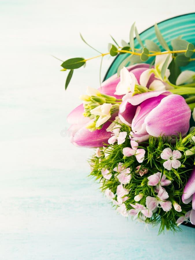 Florece colores en colores pastel de la primavera de las rosas de los tulipanes imagen de archivo libre de regalías