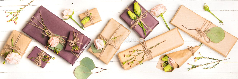 Florece la composición Flores y regalos en el fondo blanco Endecha plana, visión superior fotos de archivo